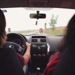 Twee mensen zitten in de auto